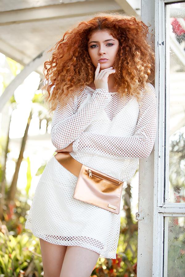 editorial-moda-fashion-metalizado-metalico-urbano-street-moderno-pochete-silver-golden-mauloa-fotografia-santa-catarina-(7)
