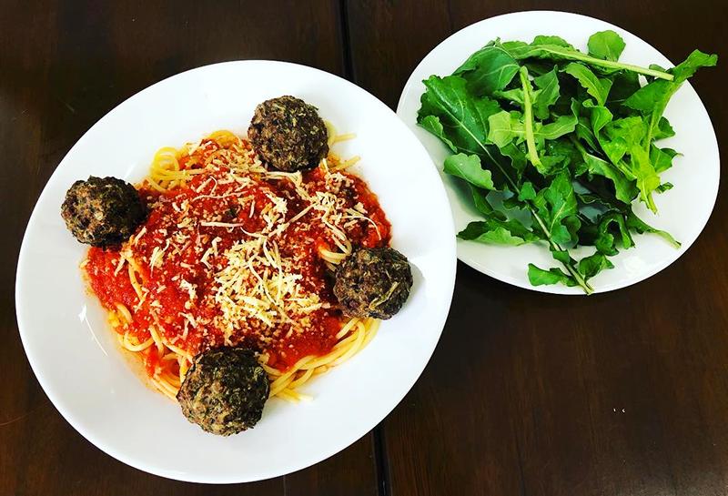Espaguete gran duro, com molho de tomates frescos, almôndegas e saladinha de rúcula