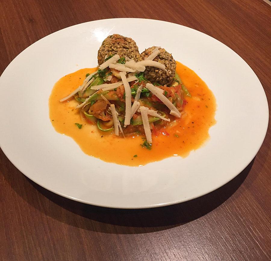 macarrão de abobrinha c. almondega de lentilha